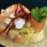 Mar y montaña. Pincho de langostino, salmón, viruta de jamón, huevo y caviar de wasabi.
