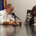 Antonio Sirvent firmando