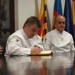 Marc Piqué firmando