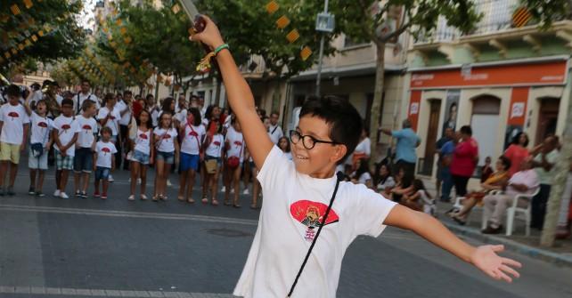 Los pequeños festeros toman el relevo en la primera Embajada Infantil de Jijona